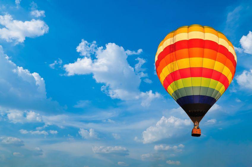 letící horkovzdušný balon